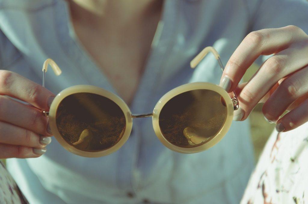 femme lunettes de soleil chic