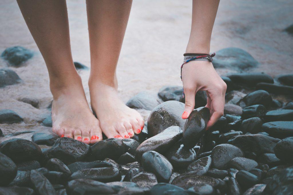 pieds nus sur des galets